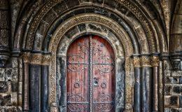 Un volet persienne pour la porte d'entrée