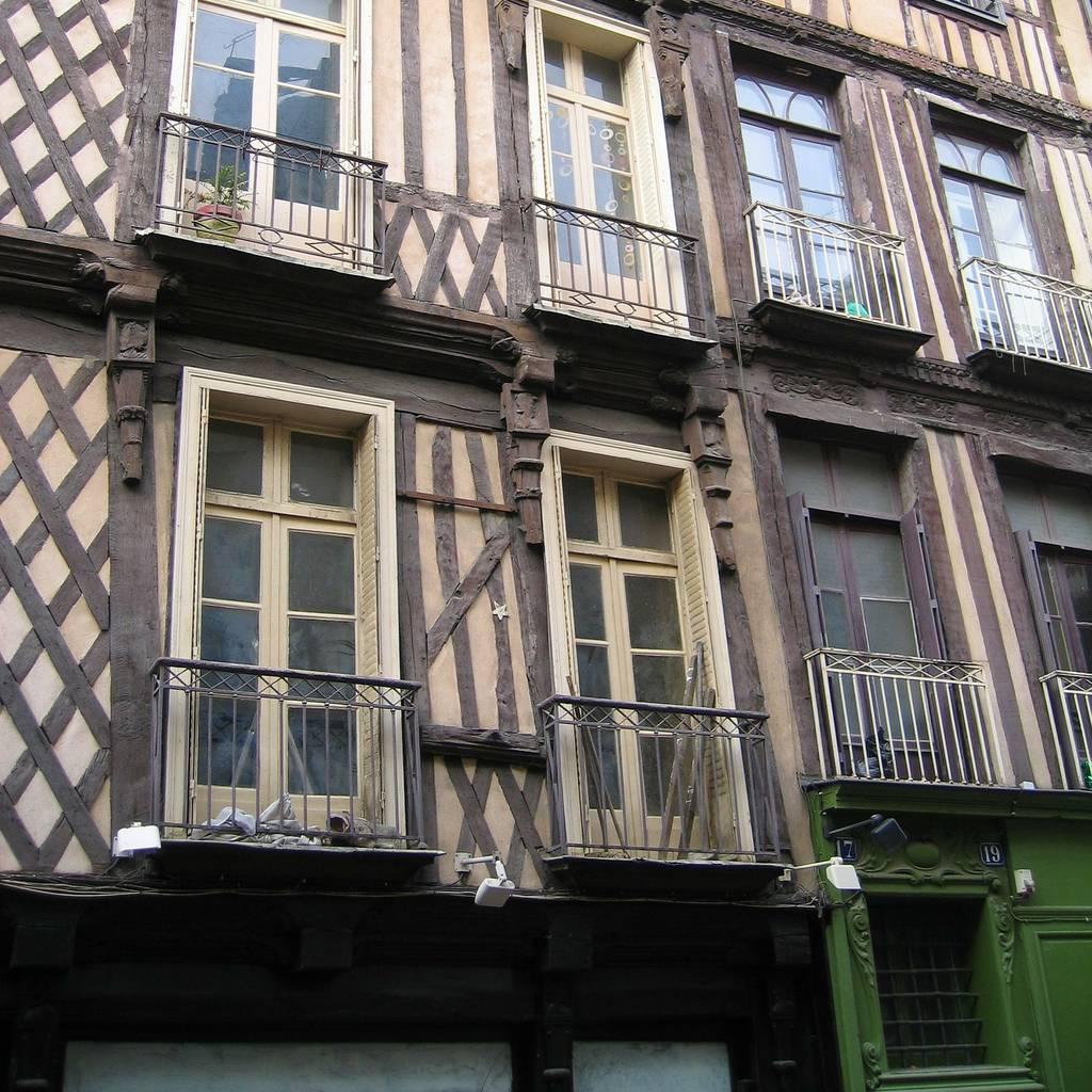 une maison avec colombages dans une rue de Rennes